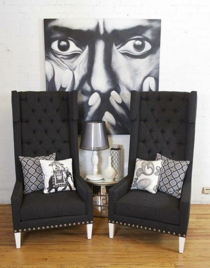 meuble baroque deux fauteuils gris fumée avec grand tableau de Dali visage étonné en noir et blanc