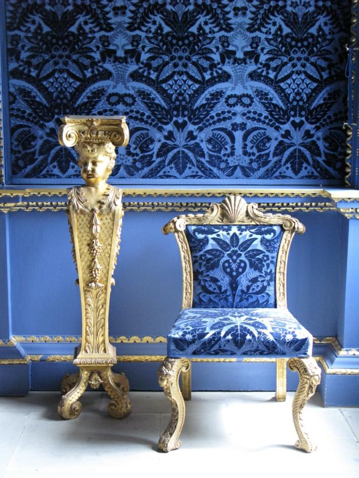 meubles baroque en bleu ciel et blanc murs tapissé de tissu satiné luxueux en noir et bleu royal
