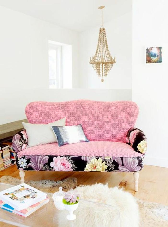 meuble baroque en rose et tissu en fleurs roses et fuchsia sur fond noir lustre en crystal long