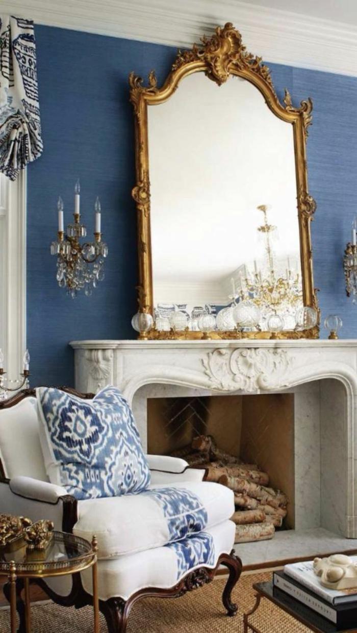 meuble baroc avec grand miroir au cadre doré et aux formes baroques typiques