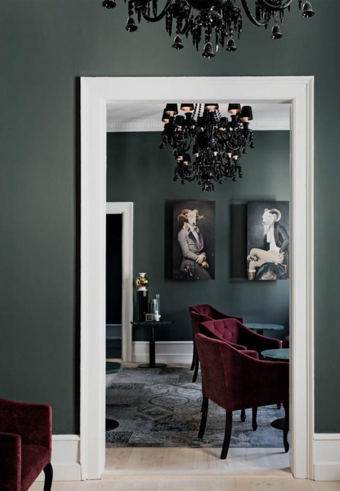 meubles baroque lustre noir fauteuils en bordeaux cadre de la porte blanc