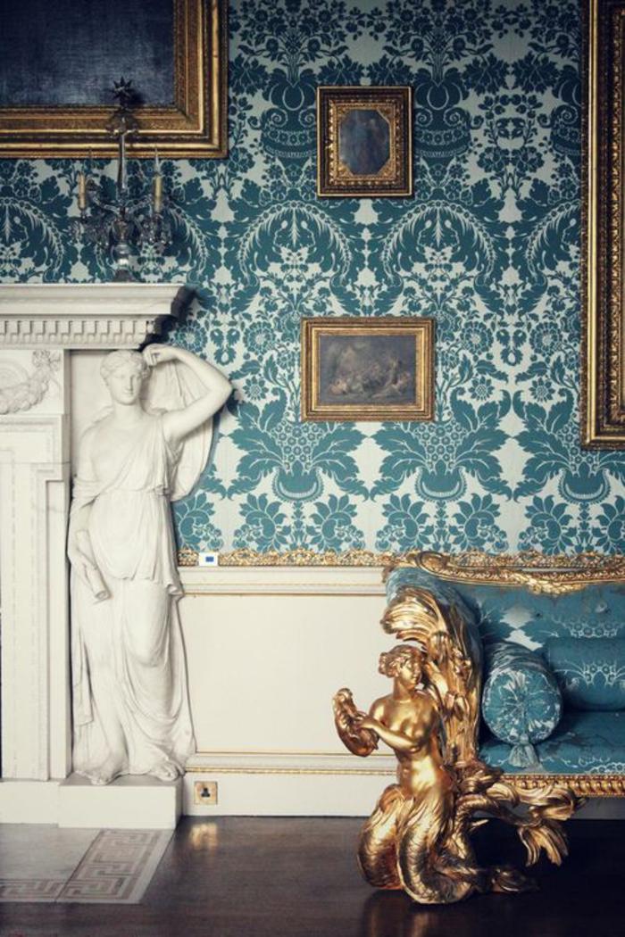 meubles baroques aux murs en tissu en vert émeraude et blanc avec des multiples tableaux