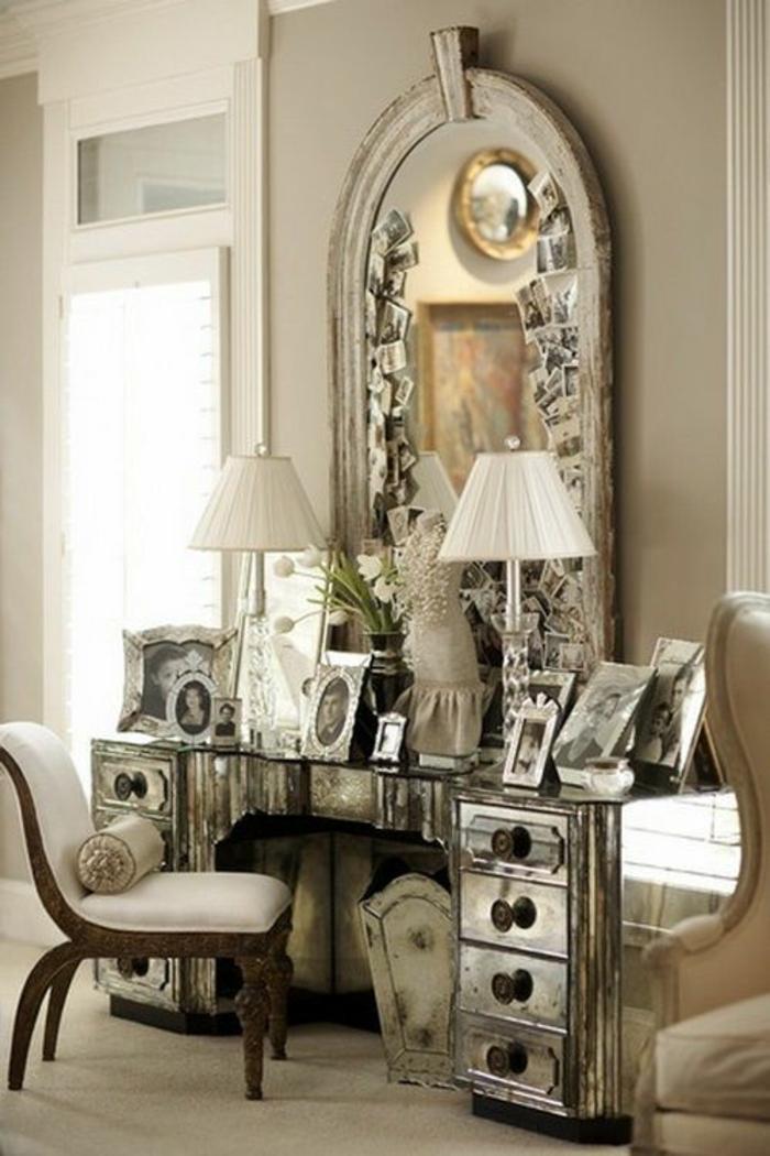 baroque mobilier avec grand miroir au cadre blanc et coiffeuse avec deux lampadaires en tissu blanc