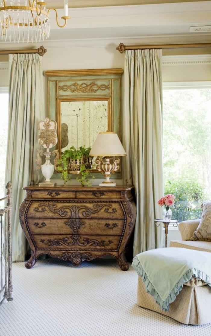meuble style baroque pour chambre ou entrée avec des rideaux en pistache clair