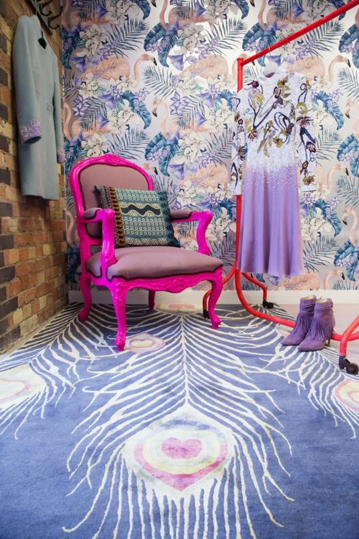 meuble baroque en fuchsia art déco dans un intérieur aux murs tapissés en tissu en couleurs bleus et oranges