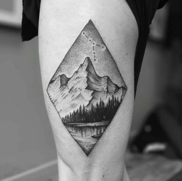 beau tatouage, montagne et constellation, forêt de pins et grande chaîne de montagnes