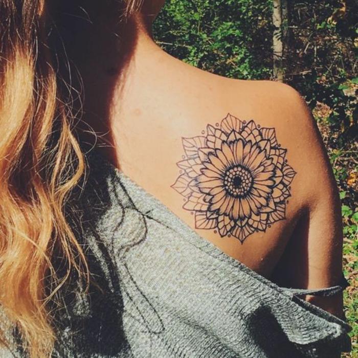 Tatouage original femme idée tatouage femme bras fleur géométrique