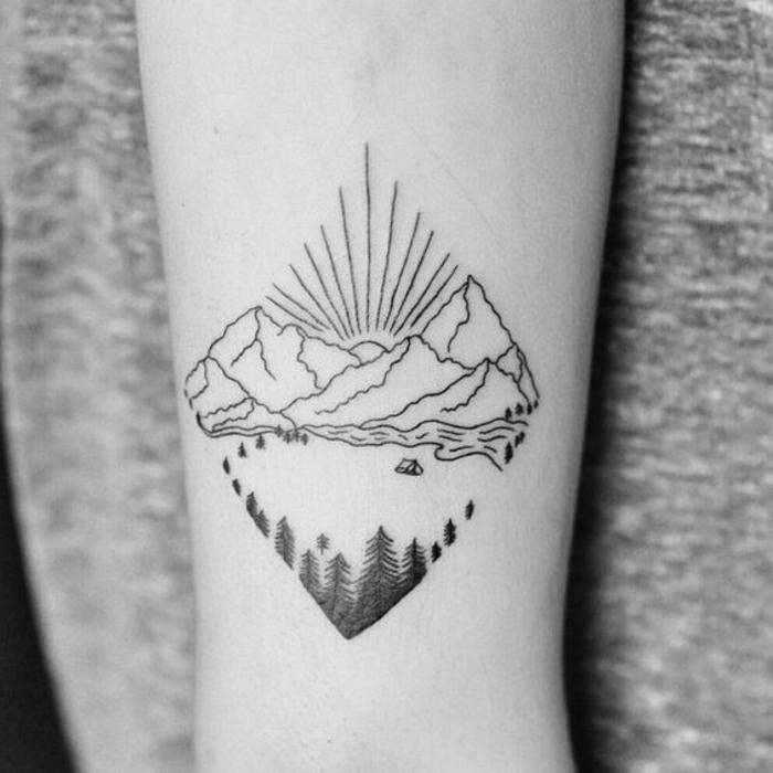 beau tatouage, soleil qui se lève derrière une chaîne de montagne, beau tatouage