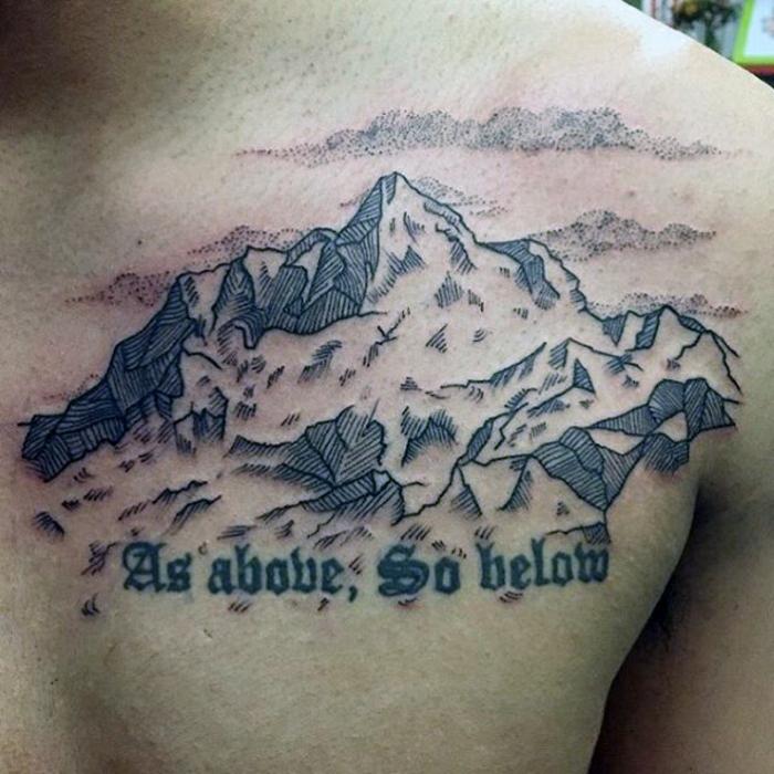 beau tatouage, texte écrit et grande image de montagne sur la poitrine, script de la bible
