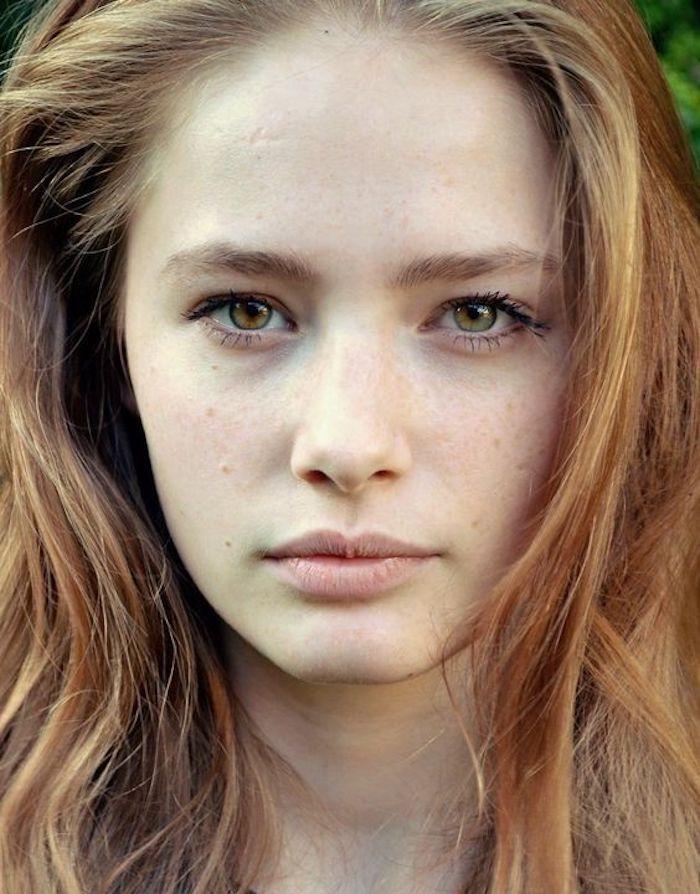 des cheveux blond fraise et un teint laiteux, une coloration effet naturel, beauté naturelle