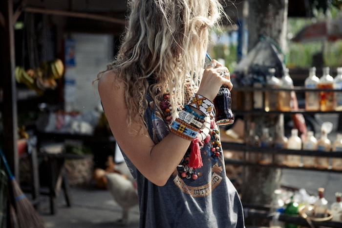 vetement boheme, balayage californien, bracelet blanc à flèches marron, collier en perles de bois