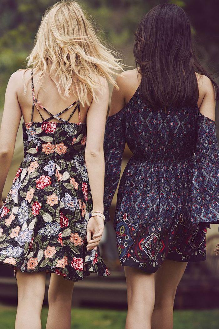 robe bohème chic, bracelet beige, coloration blonde, robe noire avec fleurs, coloration marron foncé