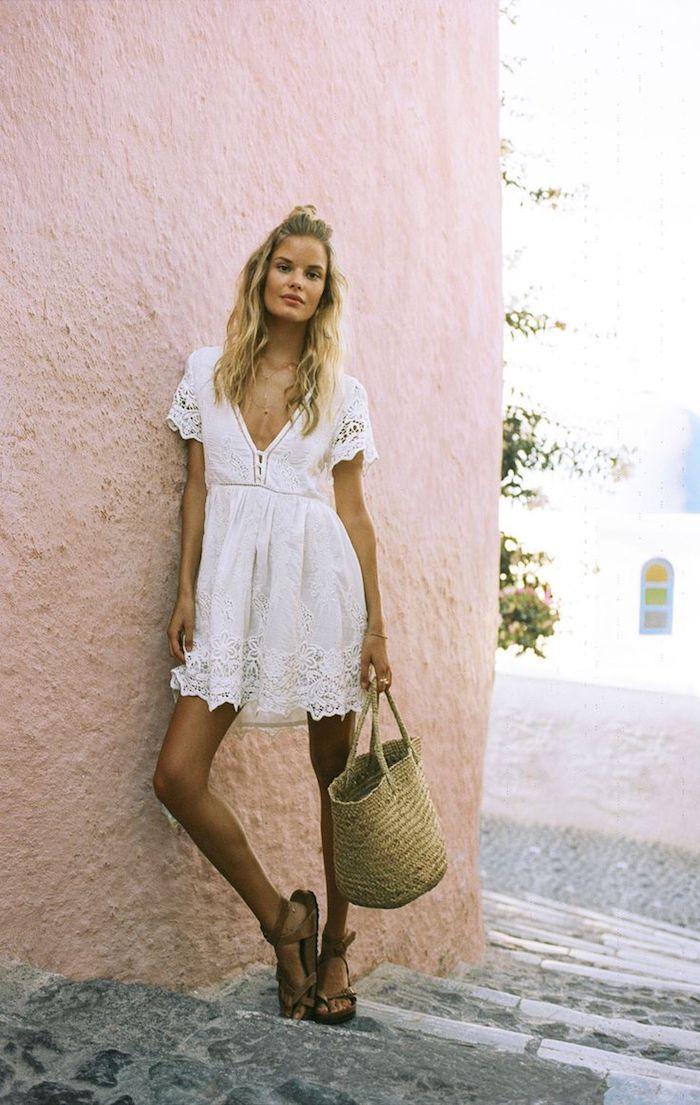 style bohème, coloration blonde, coiffure avec buns, robe bohème chic, sac à main femme
