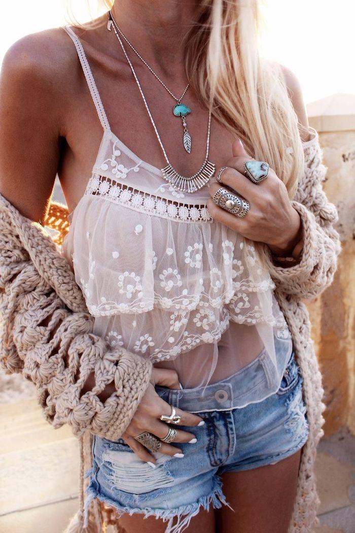 style bohème, coloration blonde, collier en turquoise, bagues métalliques, look bohème