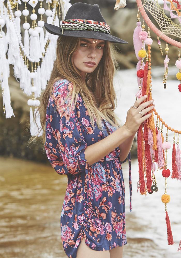 look bohème, attrape-rêve diy, robe courte en bleu foncé avec motifs floraux, vetement boheme, tatouage métallique