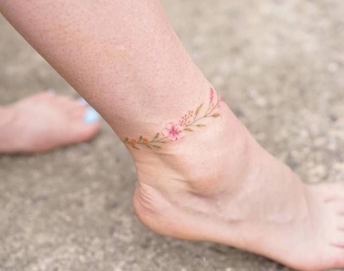 tatouage bracelet de cheville style chaine de fleurs en couleurs aquarelle