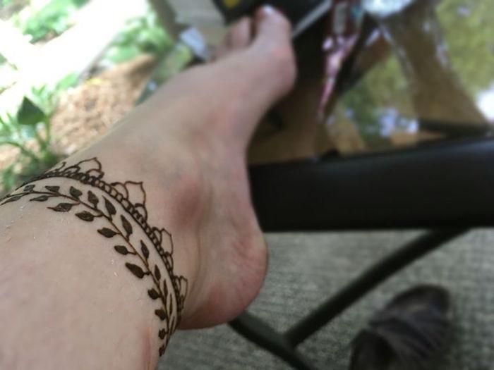 tatouage cheville femme bracelet tattoo mandala pied