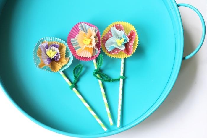 idée activité manuelle maternelle primaire avec des pailles et caissettes à muffins transformés en fleurs en papier multicolores, bricolage été