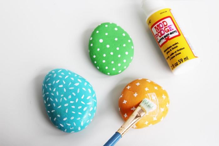 idée activité manuelle primaire et maternelle, créer des galets décorés, repeints de couleurs divers et customisés à la peinture, protéger les pierres avec une couche de vernis