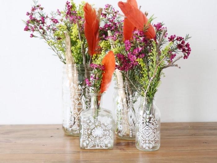 activite manuelel creaive pour adultes, recyclage bouteilles en verre, bocaux, vase de fleur diy, bouquet fleurs champetres, plumes rouges
