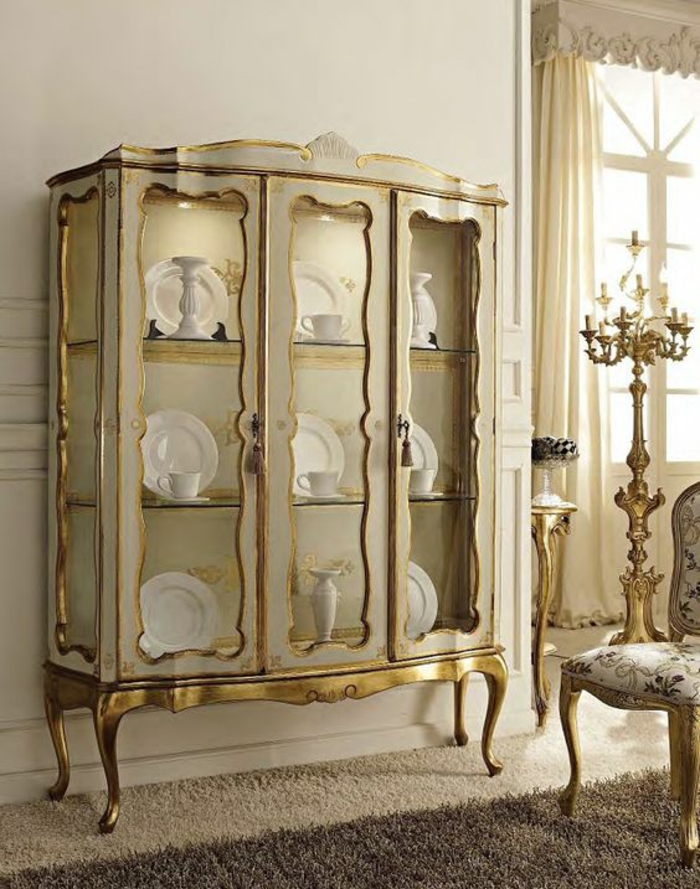meuble baroque buffet baroque de taille grande avec des plats et des tasses en porcelaine blanche