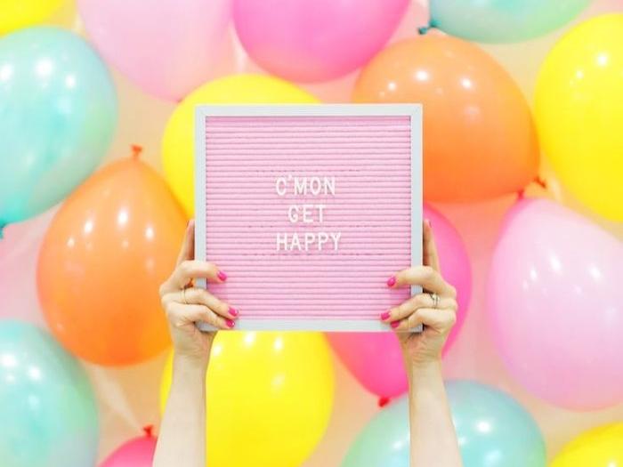 objet personnalisé, comment organiser une surprise, gonfler des ballons, citation inspirante, mains femme