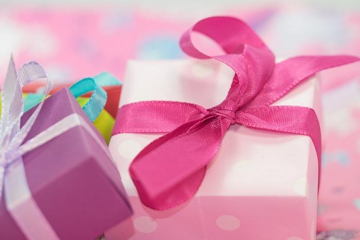 idee cadeaux, boîte cadeau fait à la maison, ruban rose, boîte violette, petite surprise