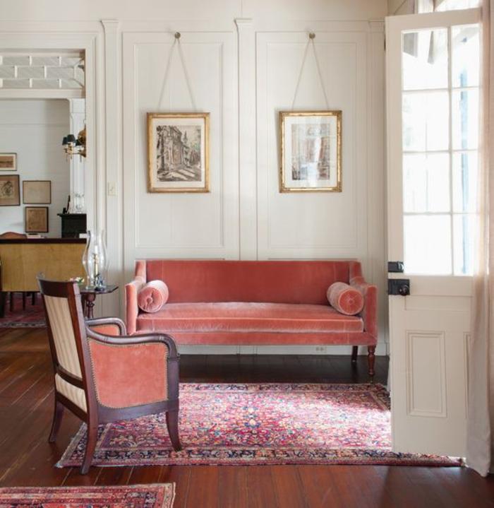 déco vintage aux couleurs douces, canapé en velours couleur blush et un tapis persan, les nuances douces de couleur terre de sienne