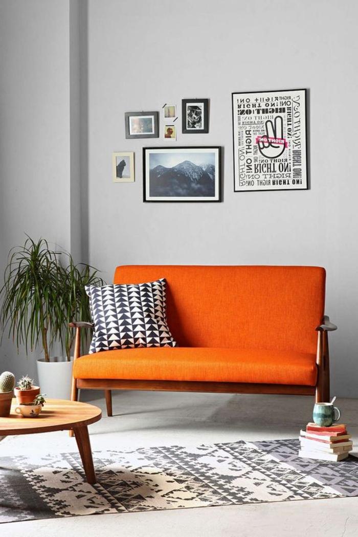 peinture terre sienne, murs gris, poster avec citations inspirantes, fleur verte, coussins motifs ethniqus