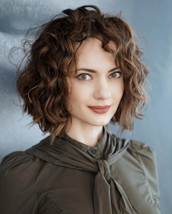 comemnt faire un carré bouclé, cheveux chatain, effet coiffé décoiffé, modele coupe de cheveux pour les femmes aux cheveux bouclés