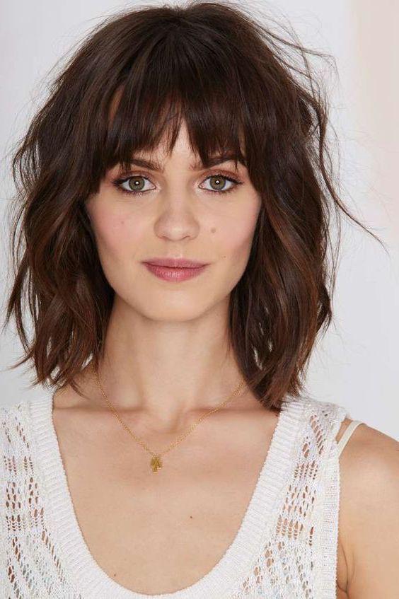 carré long flou, cheveux légèrement ondulés avec frange, modele de coupe de cheveux décontracté