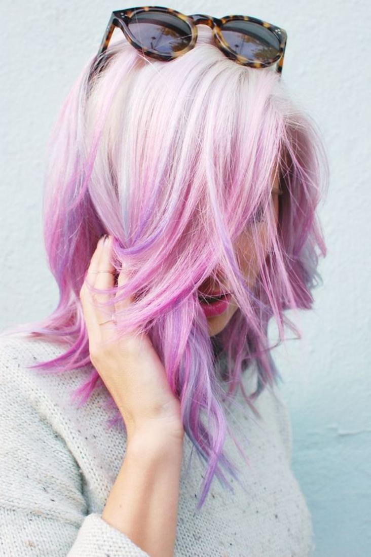 carré plongeant ondulé sur des cheveux polaire et rose, idée de coiffure extravagante et lunettes de soleil styées