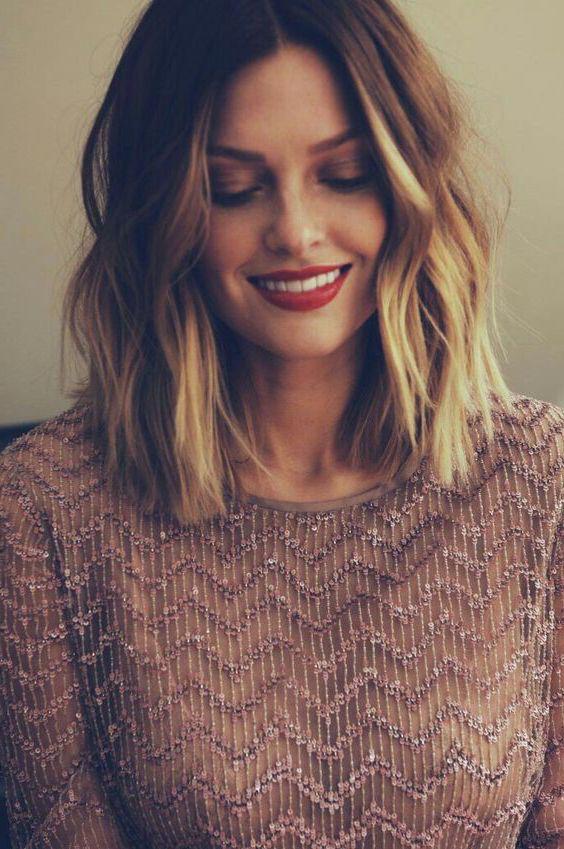 exemple de carré plongeant ondulé, balayage cheveux blonds, modele de coupe de cheveux romantique
