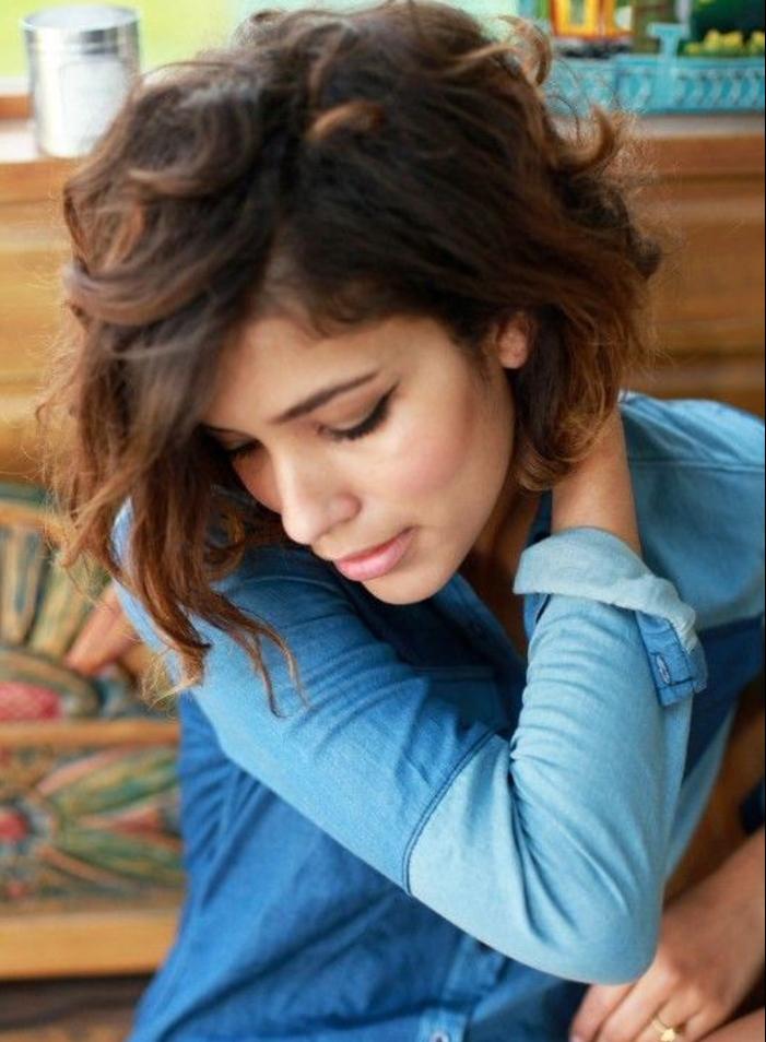 modele de carré ondulé asymétrique coiffé décoiffé, look bohème coiffure, veste en jean