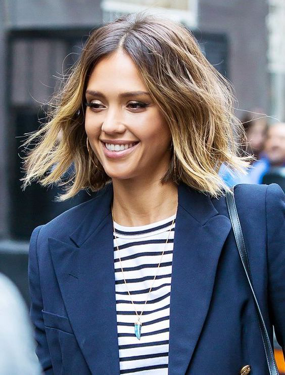 exemple de carré flou, jessica alba, balayage californien, coupe mi-courte, femme contemporaine stylée