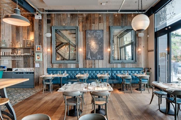 decoration industrielle, parquet en bois, éclairage industriel, plafond suspendu, cadres photo vintage, commode bleu foncé