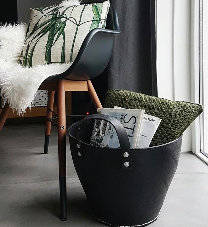 meuble industriel, housse en faux fur, coussin vert, panier noir, rideaux longs noirs, plancher gris, chaise en bois