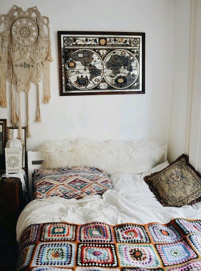 une chambre bohème chic aux accents de la déco ethnique chic, décoration murale en poster mappemonde et en macramé