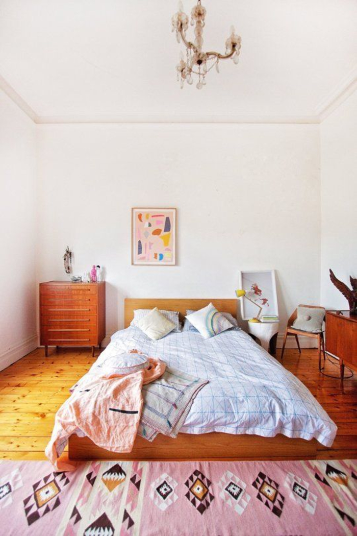 une chambre à coucher de style vintage aux accents déco ethnique chic , joli tapis rose à motifs géométriques ethniques