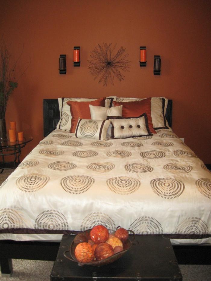 une chambre à coucher ensoleillé de style toscane, peinture couleur terre de sienne brûlé