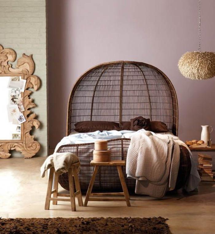 une chambre à coucher de style ethnique chic africain, lit en rotin à tête de lit originale