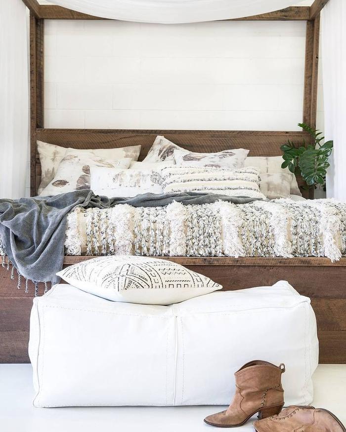 une chambre à coucher de style bohème chic, linge à lit en lin et coton pour une ambiance douce