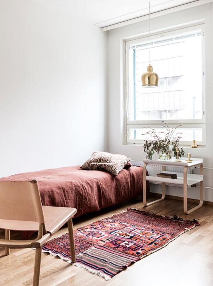 une chambre à coucher de style scandinave au design épuré qui adopte la couleur terracotta en toute douceur