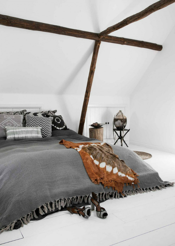 une chambre à coucher ambiance safari en gris et blanc, linge de lit à motif ethnique
