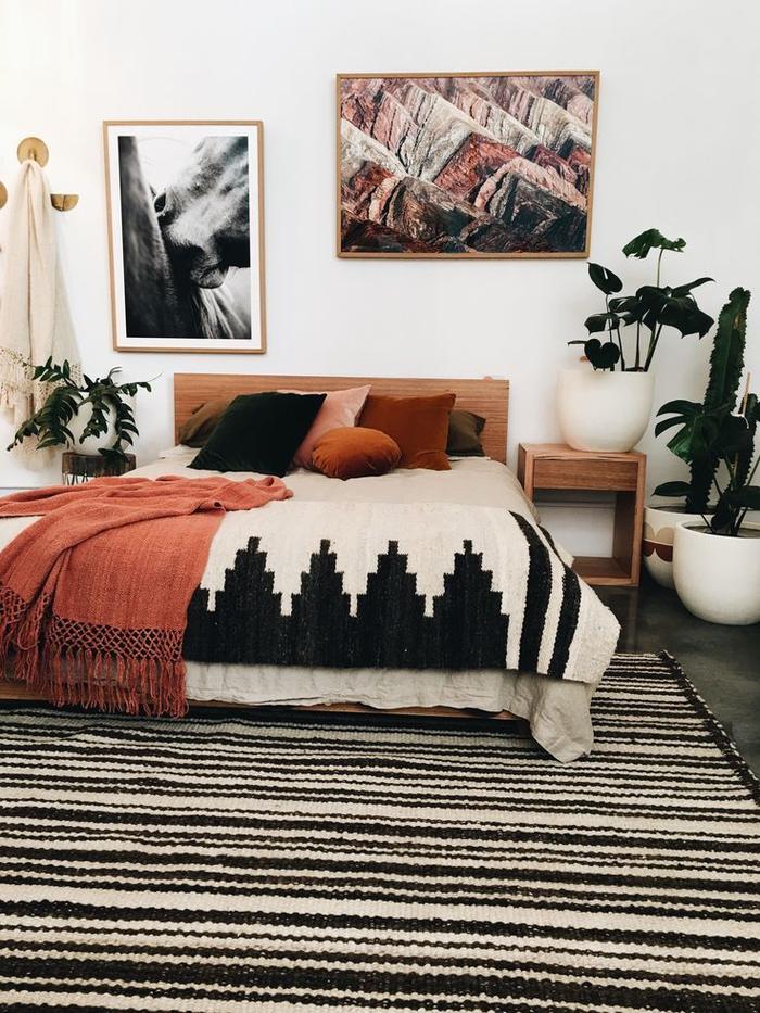 une chambre à coucher de style ethnique chic qui associe le noir, le blanc et la couleur terracotta