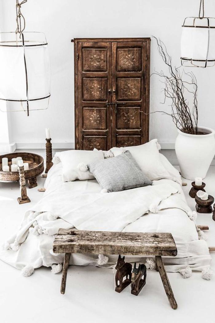deco ethnique en bois rustique, chambre à coucher ensoleillée en blanc