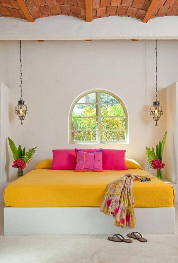 une chambre à coucher ethnique chic aux couleurs de mexique, des lampes de chevet en suspension