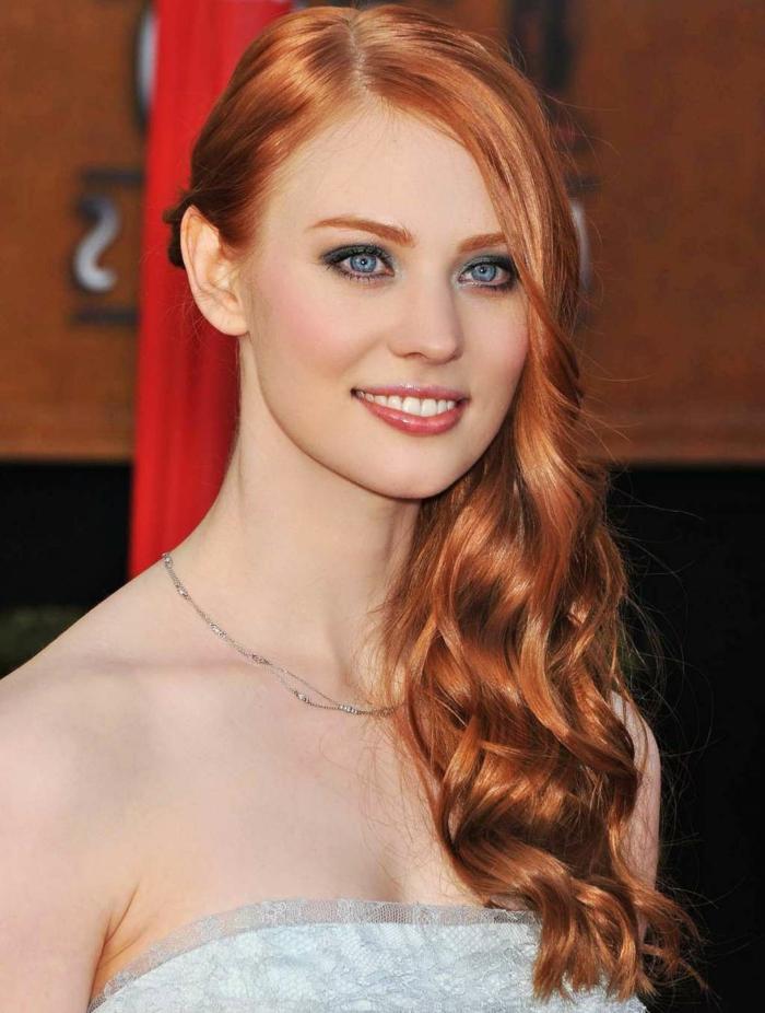 cheveux cuivré, robe blanche avec dentelle, yeux bleus, collier en argent, comment choisir sa couleur de cheveux