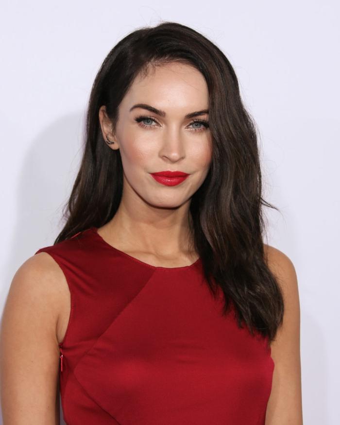 idée couleur cheveux, robe rouge, lèvres rouge, Megan Fox, quelle couleur de cheveux pour yeux claires
