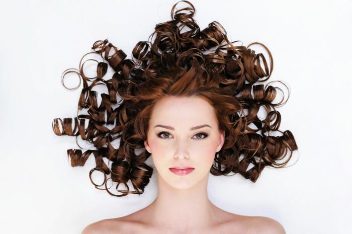 quelle couleur de cheveux choisir, coiffure avec boucles, chatain foncé, coloration femme, changer de couleur de cheveux
